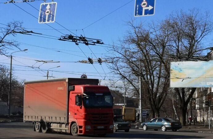 В Одессе водители грузовиков проезжают по закрытому Ивановскому мосту – в мэрии недовольны