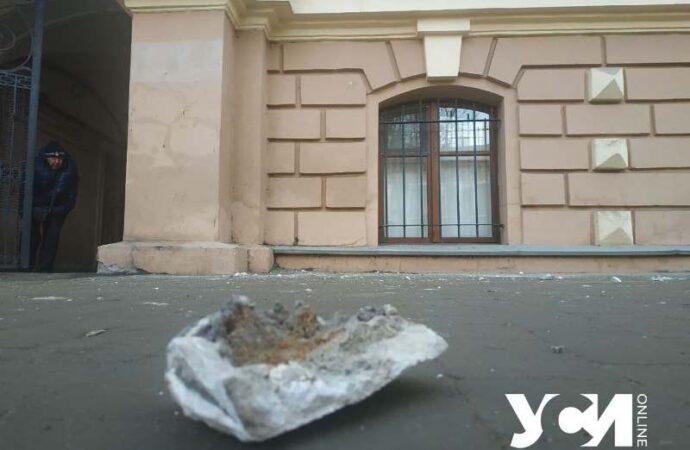Одесский памятник архитектуры потерял часть карниза (фото)