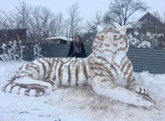В Одесской области девушка создала из снега огромного тигра (фото)