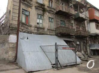 Одесский дом-«невезунчик» в Книжном переулке: жизнь на подпорках (фото)