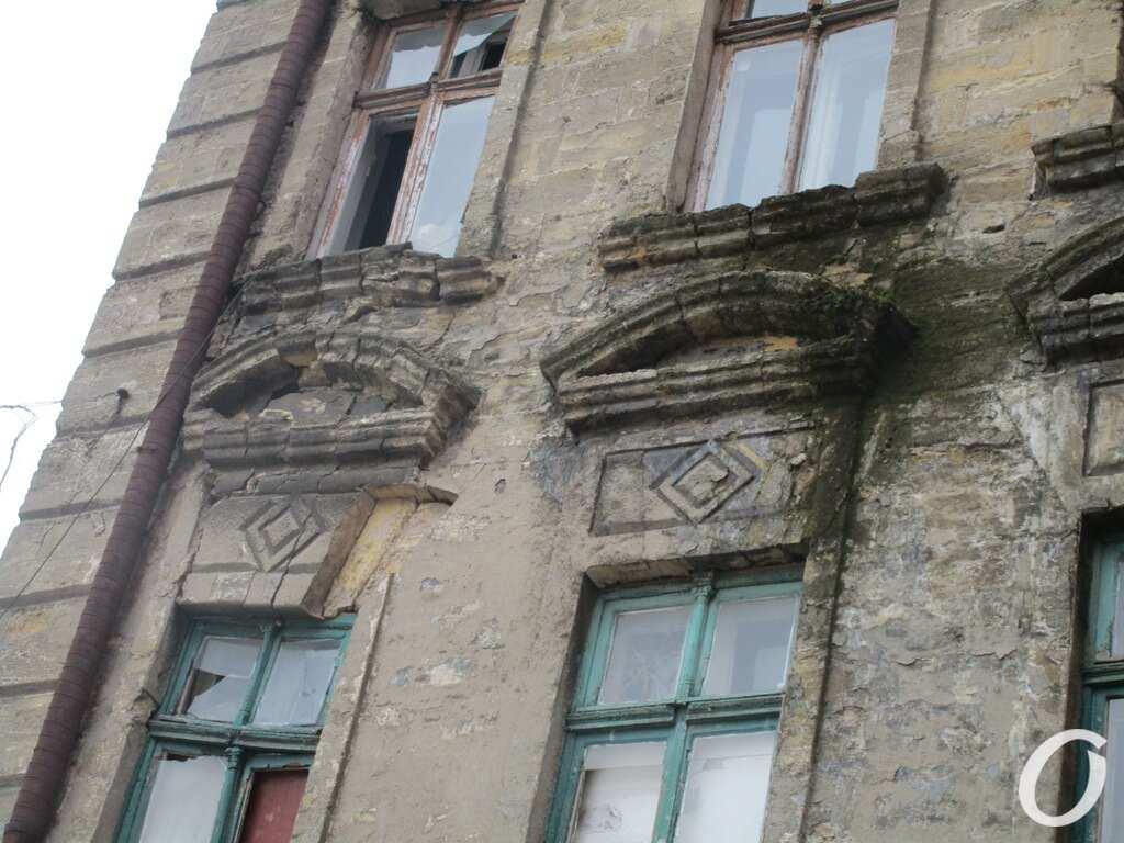 аварийный дом, окна