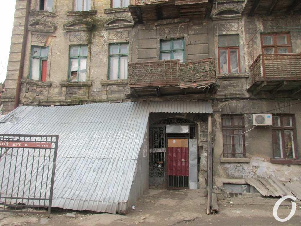 аварийный одесский дом, ворота