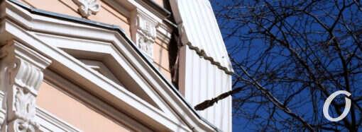 Фотофакт: в Одессе на Пастера угрожающе нависла фасадная плита