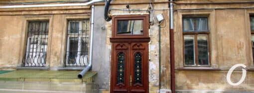 Еще одна историческая одесская дверь заблистала первозданной красотой (фото)