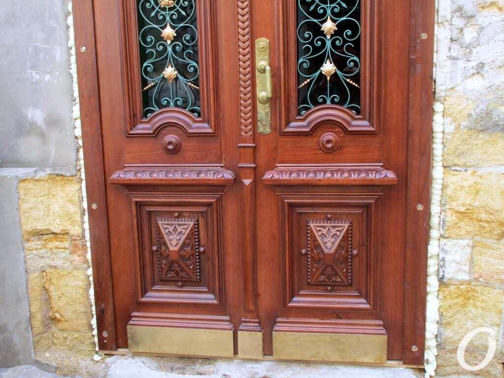 историческая дверь, снизу