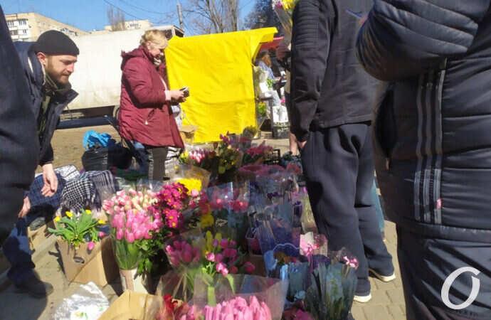 Женский день: одесситы массово штурмуют цветочные магазины (фото, видео)