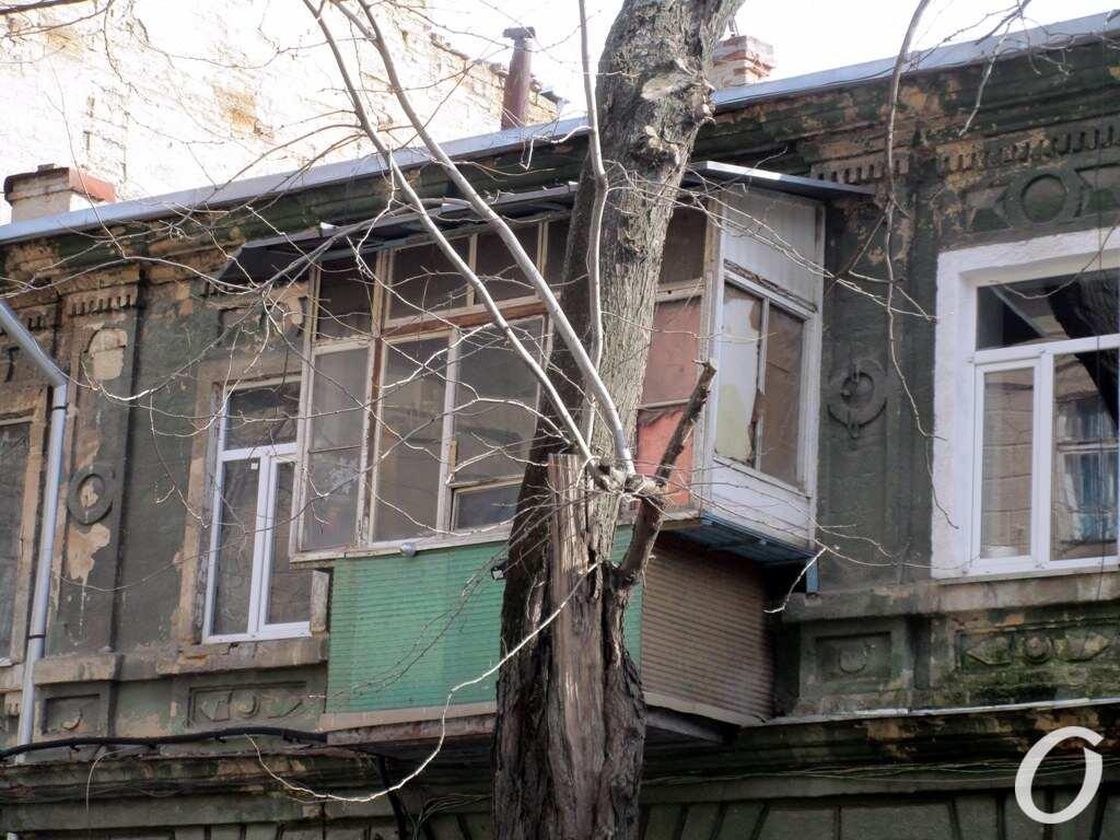 Лютеранский переулок, дерево и балкон