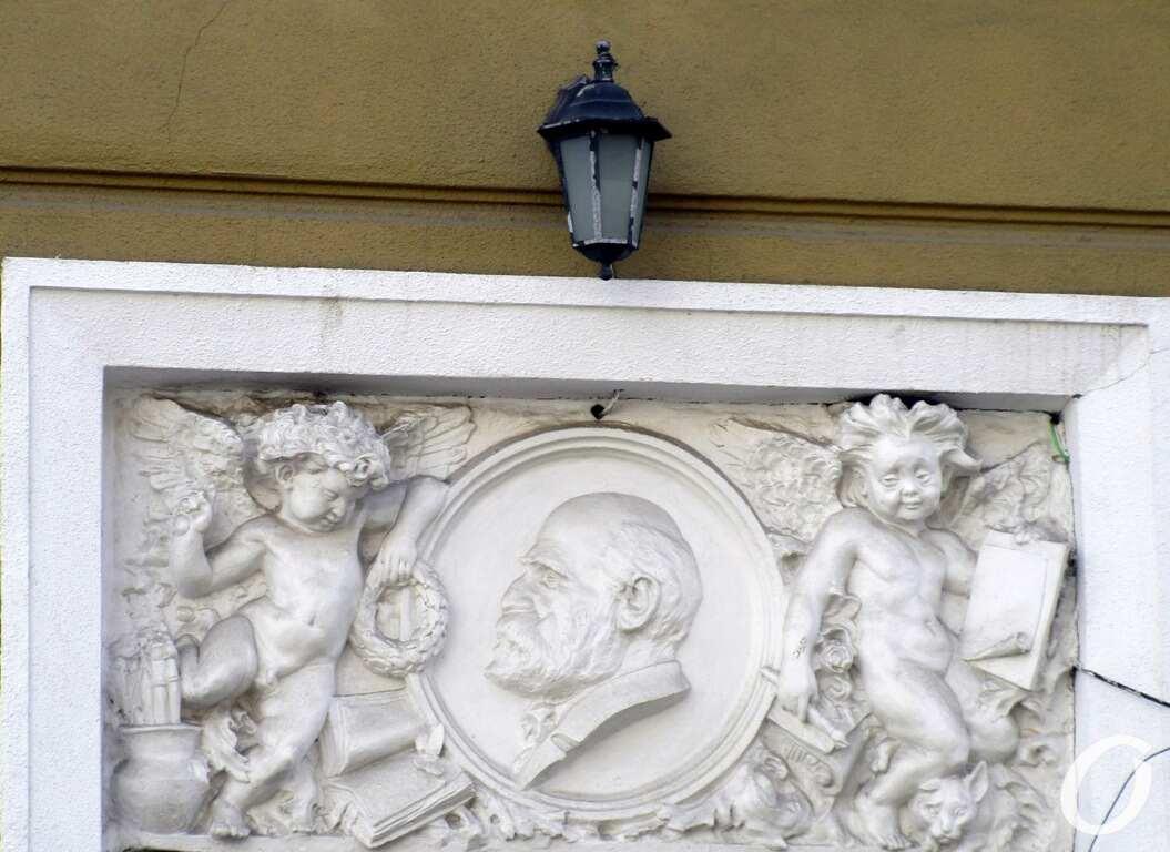Лютеранский переулок, барельеф Костанди