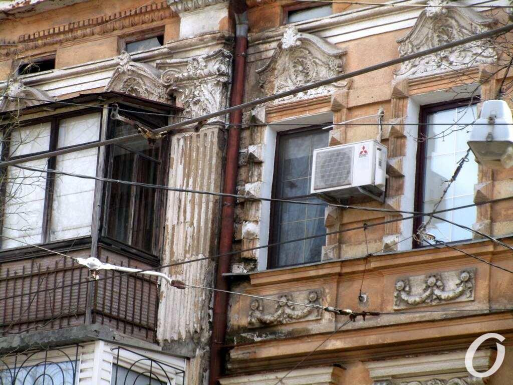 Лютеранский переулок, окна и балкон