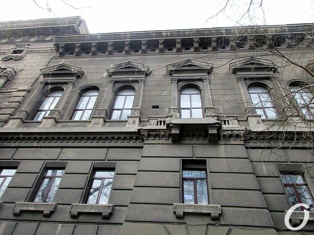 здание Ломбарда, окна