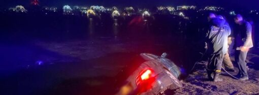 """В Одесской области """"Мерседес"""" упал в реку: есть погибший (видео)"""