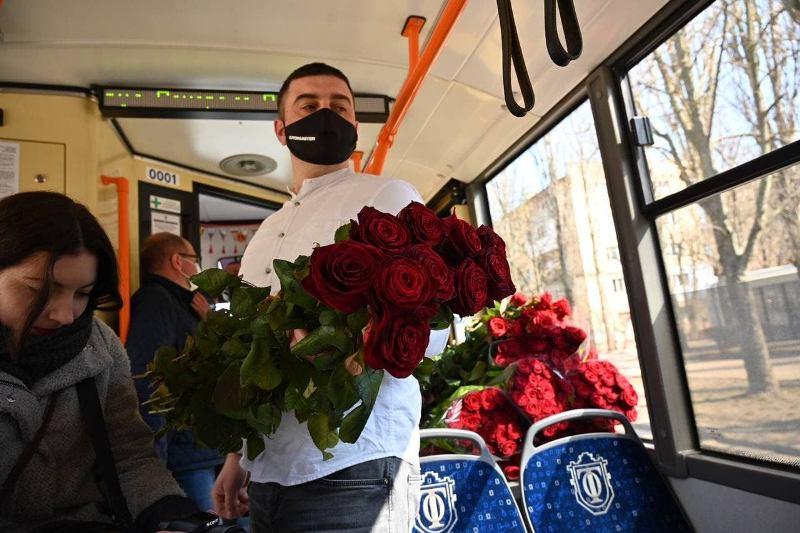 весенний троллейбус, поздравление