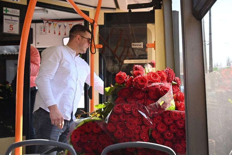 весенний троллейбус, розы
