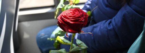 В Женский день по Одессе курсировал весенний троллейбус (фото)