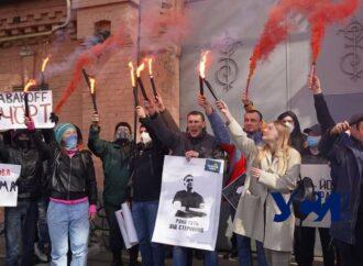 День рождения Стерненко: одесские активисты зажгли файеры перед СИЗО (фото)