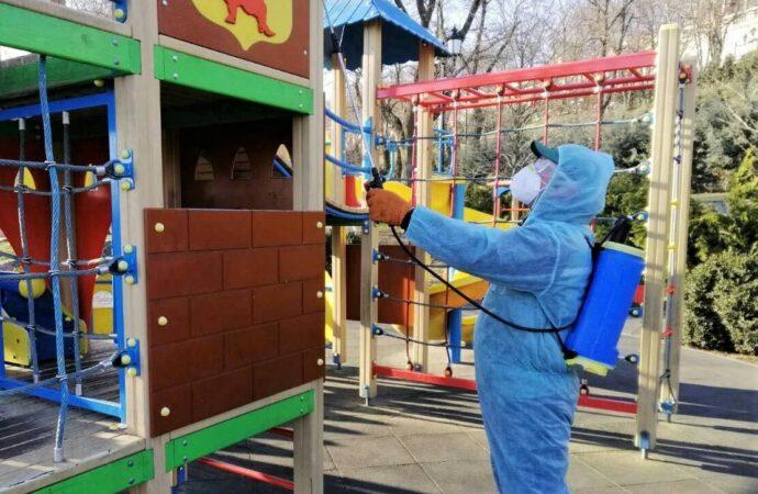 В Одессе начали дезинфицировать детские площадки (фото)