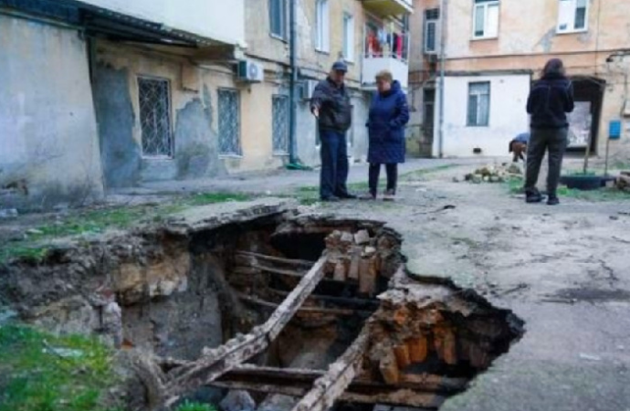 В одесской мэрии обещают обезопасить провал во дворе старого дома на Базарной (видео)
