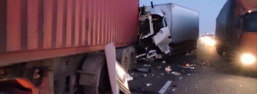 На трассе Одесса-Киев столкнулись грузовики: есть погибший