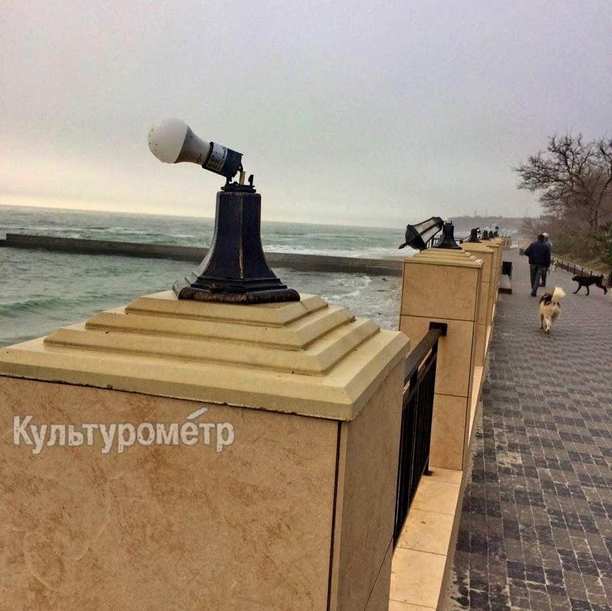 вандалы сломали фонари на набережной