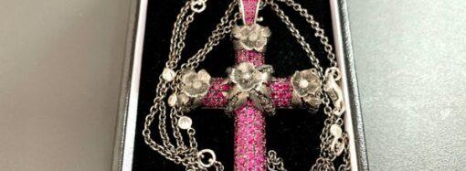 Украшение с сотней бриллиантов в отправили из Великобритании в Одессу под видом бижутерии (фото)