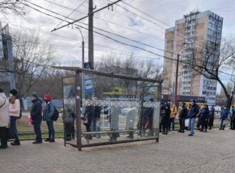 «Утро началось не с кофе»: первый день локдауна в Одессе ознаменовался очередями на остановках (фото)