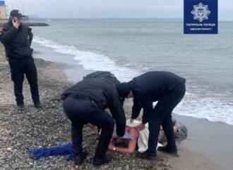 Приставал к детям: в Одессе патрульные не дали утонуть извращенцу