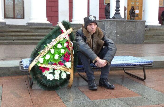 Городской совет Одессы собрался на сессию: на Думскую площадь принесли похоронный венок (прямая трансляция)