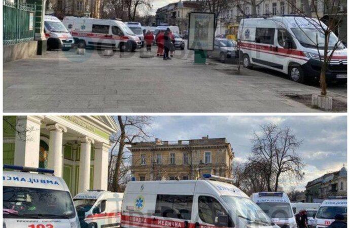 Возле «ковидной» больницы в Одессе появились инспекторы по парковке