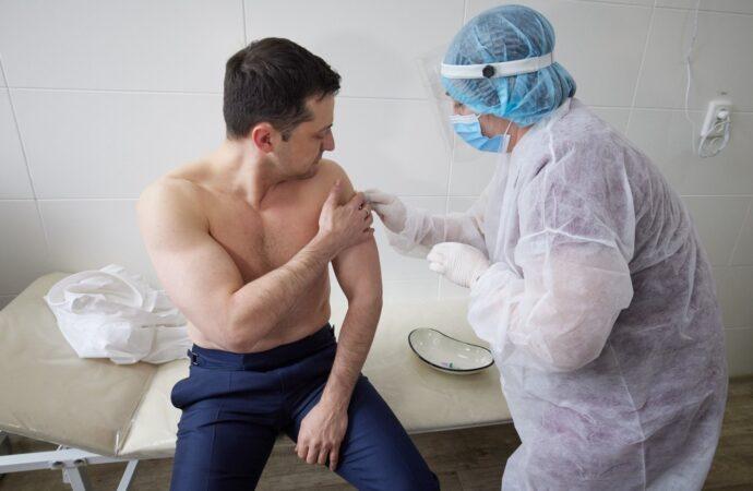 Фото дня: Зеленский получил дозу вакцины от коронавируса
