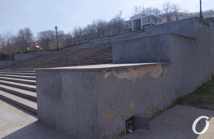Одесская Потемкинская лестница начала обсыпаться (фото)
