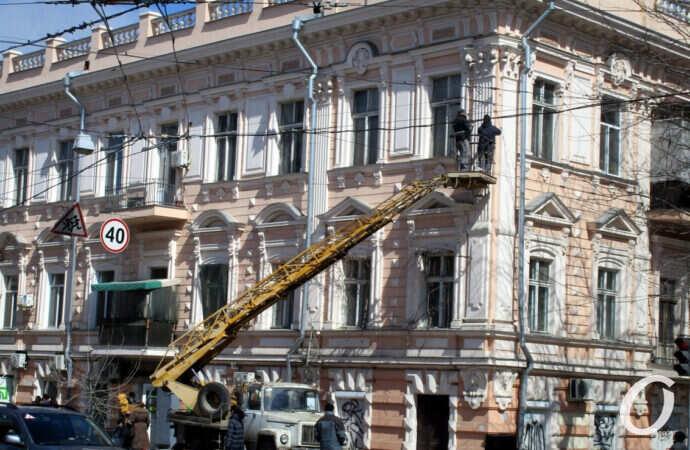 Уже не рухнет: в Одессе починили нависшую плиту на фасаде дома на Пастера (фото)