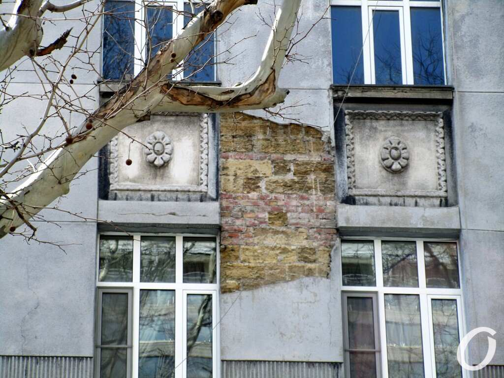 черно-серый дом, окна