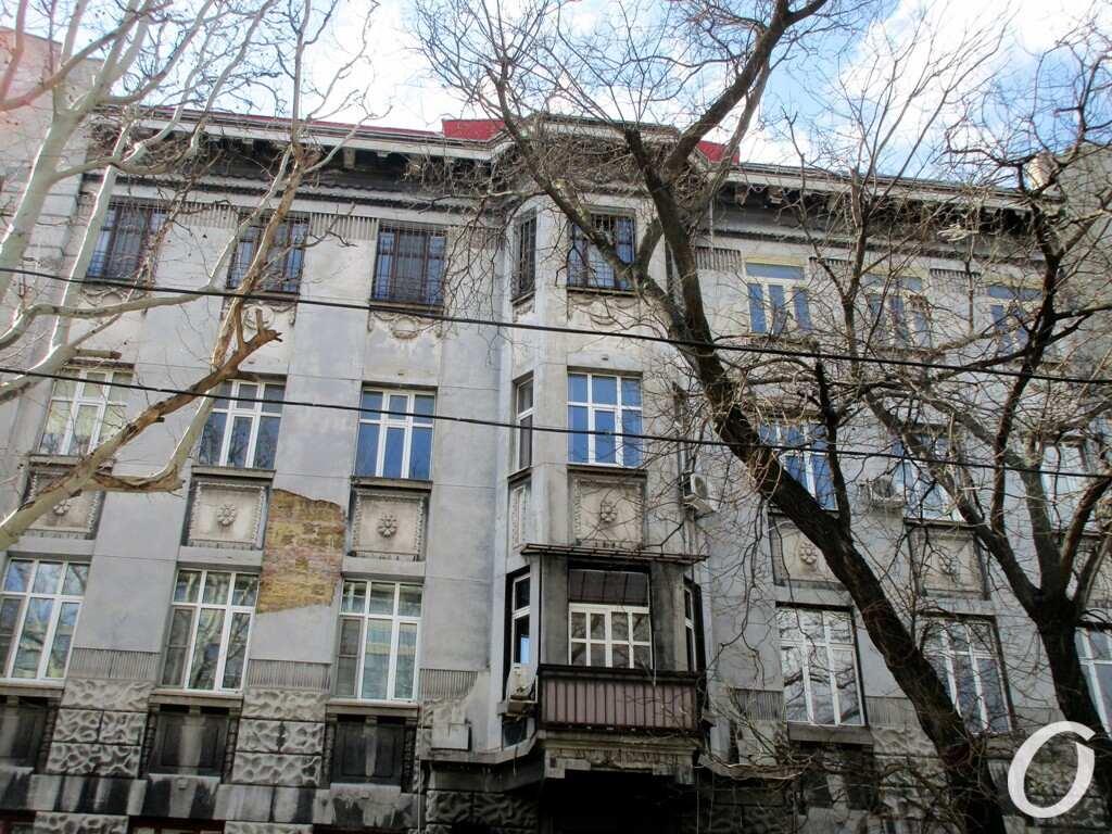 черно-серый дом в Одессе