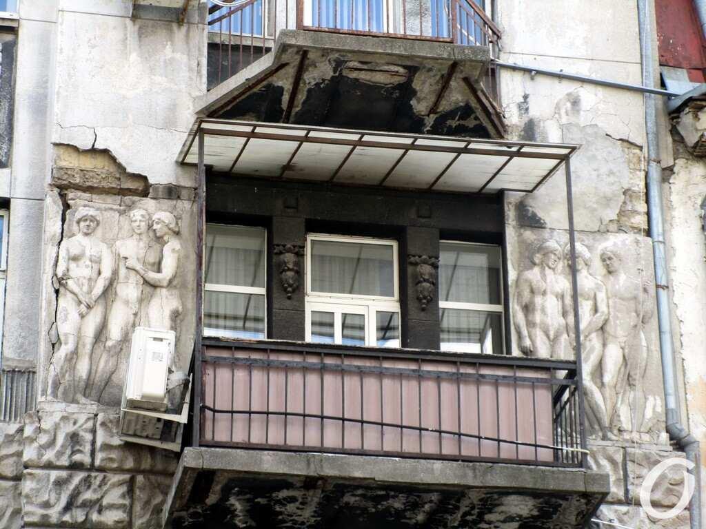 черно-серый дом, балкон