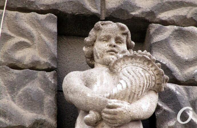 И рог изобилия, и дамский поцелуй: одесский дом в черно-серых тонах (фото)