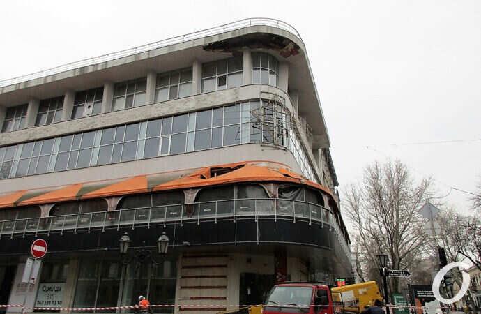Новый одесский «грох»: бывший ресторан «Братислава» лишился части карниза (фото)