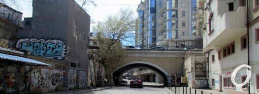 Одесский Деволановский спуск: первый этап капремонта и здание после «гроха» (фото)