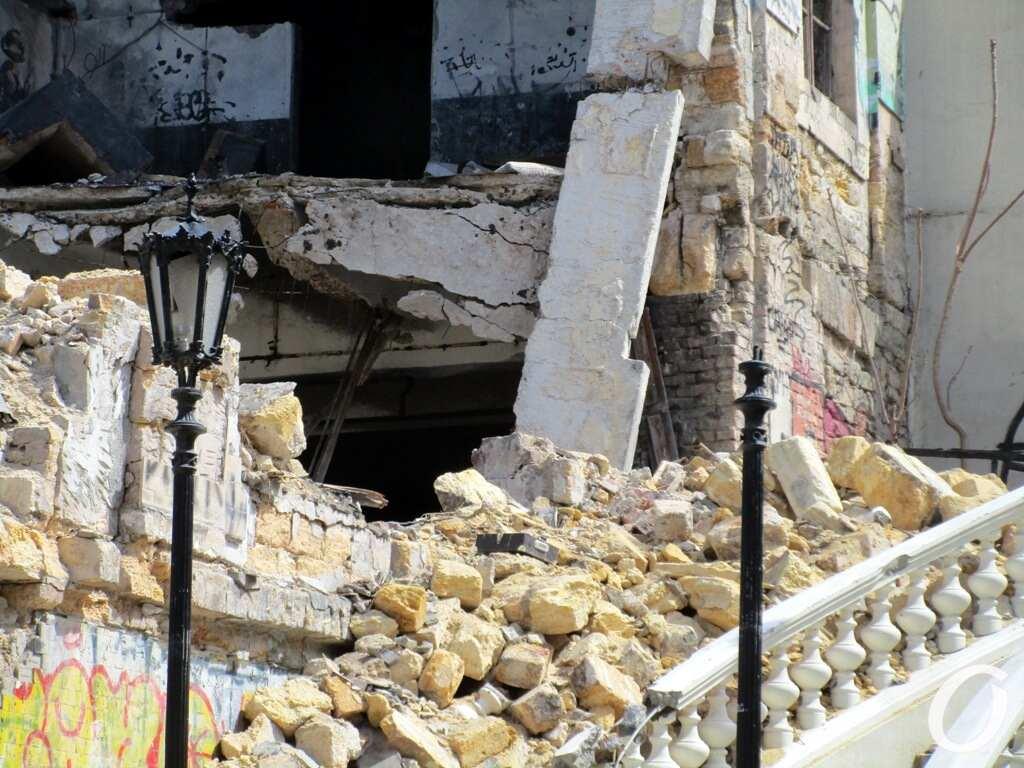 Деволановский спуск, начало ремонта, грохнувшее здание