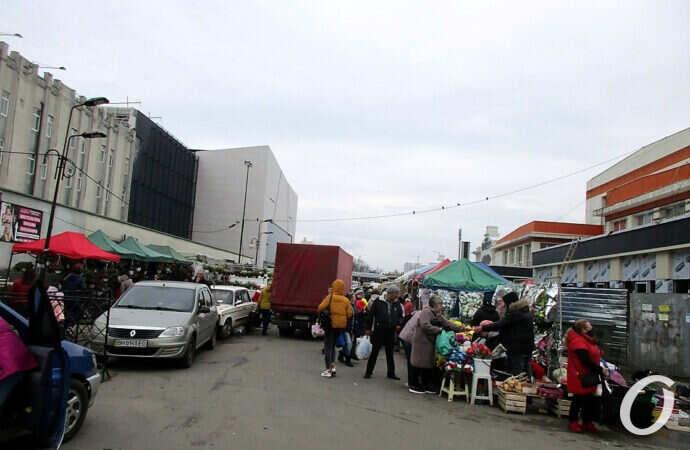 Участок Екатерининской у одесского Привоза: авто спешат, торговля бурлит (фото)