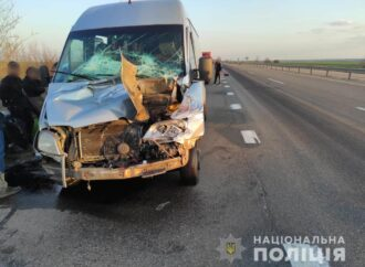 На трассе Киев-Одесса маршрутка въехала в грузовик: есть пострадавшие