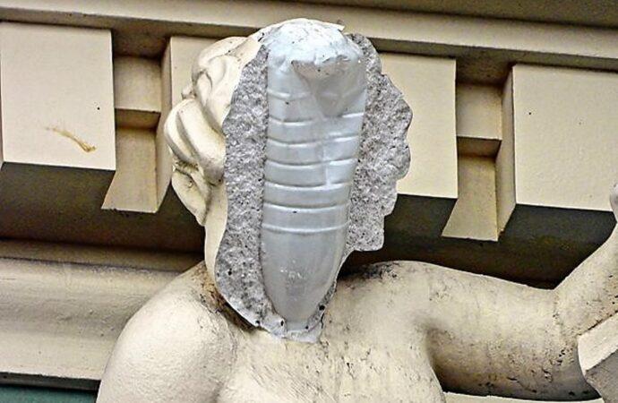 С бутылкой или без: скульптуре на одесском доме Руссова вернули лицо (фото)