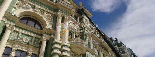 Фотофакт: «бутылкоголовая» статуя на одесском доме Руссова обретает новое «лицо»
