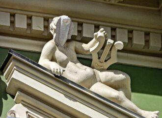 Названы причины, почему у скульптуры на Доме Руссова в Одессе отвалилось лицо