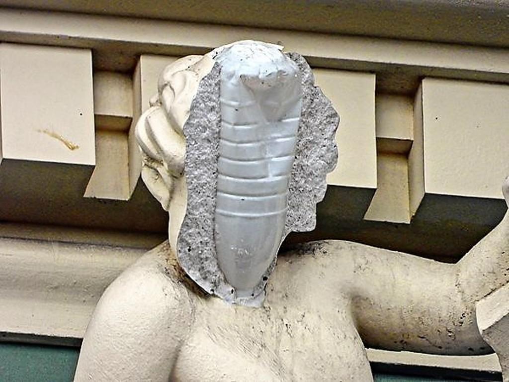 скульптура на доме Руссова