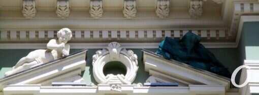 Скульптуру с бутылкой в голове на одесском доме Руссова скрыли под драпировкой (фотофакт)
