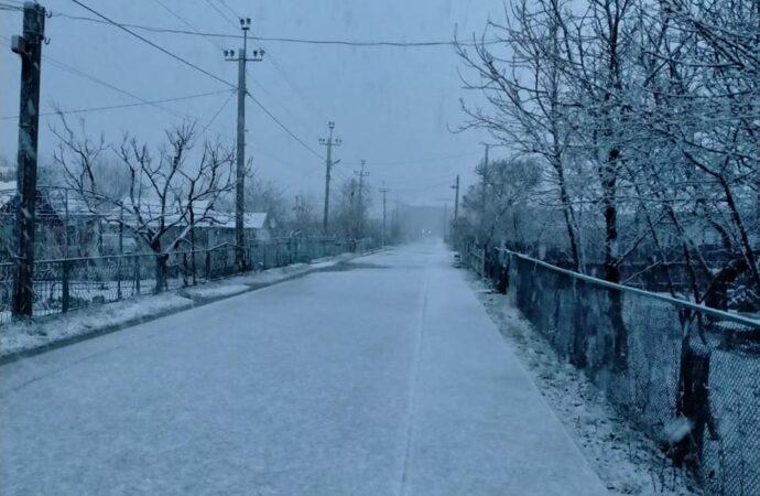 В Одесской области посреди весны выпал снег (видео)