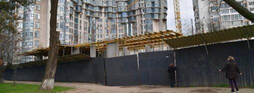 Строительный беспредел в Одессе: застройщик вырубил деревья вокруг теннисных кортов на Лидерсовском бульваре (фото)