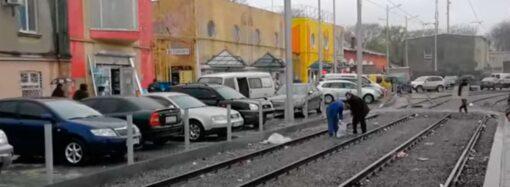 Без зазрения совести: в Одессе двое «персонажей» воровали щебень с путей в Новощепном ряду (видео)