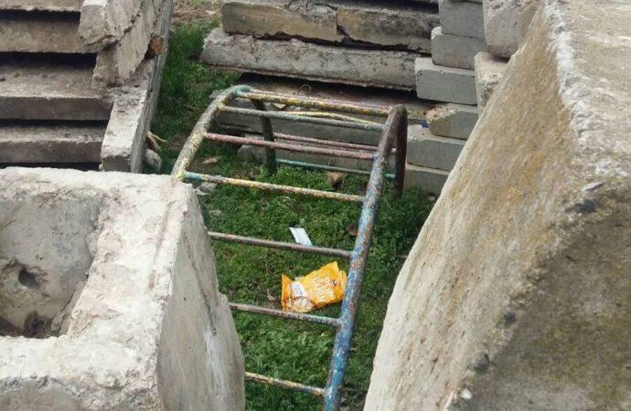 Одесситов хотят лишить зеленой зоны на Варненской: детскую площадку «украсили» бетонными плитами (фото, видео)