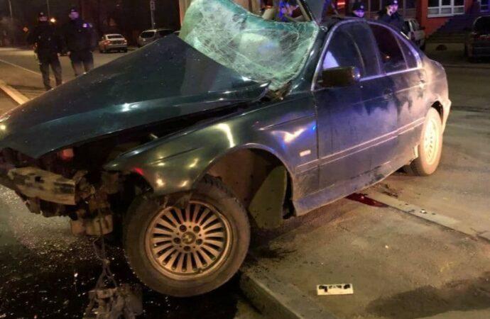 В Одессе BMW влетел в столб: есть погибший (фото)